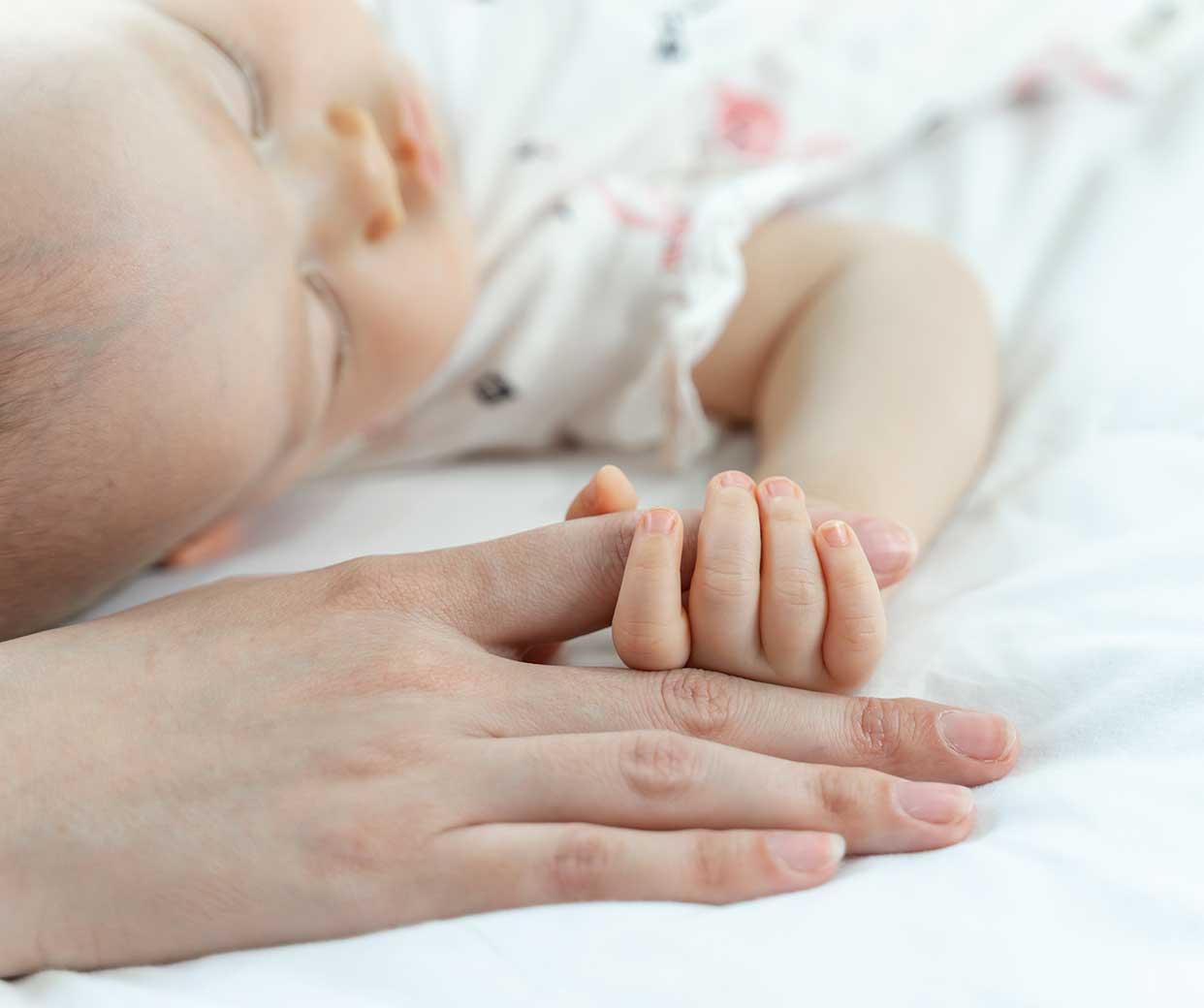 A Milano una mamma ha soffocato la figlia di due anni: perché quando una mamma sta male fingiamo di non vedere?